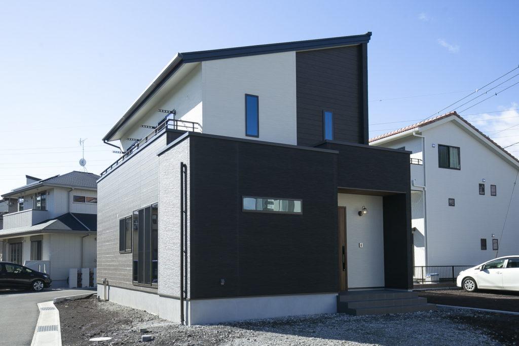 掘りごたつと対面カウンターを設置した落ち着きある配色の家 富士市M様邸