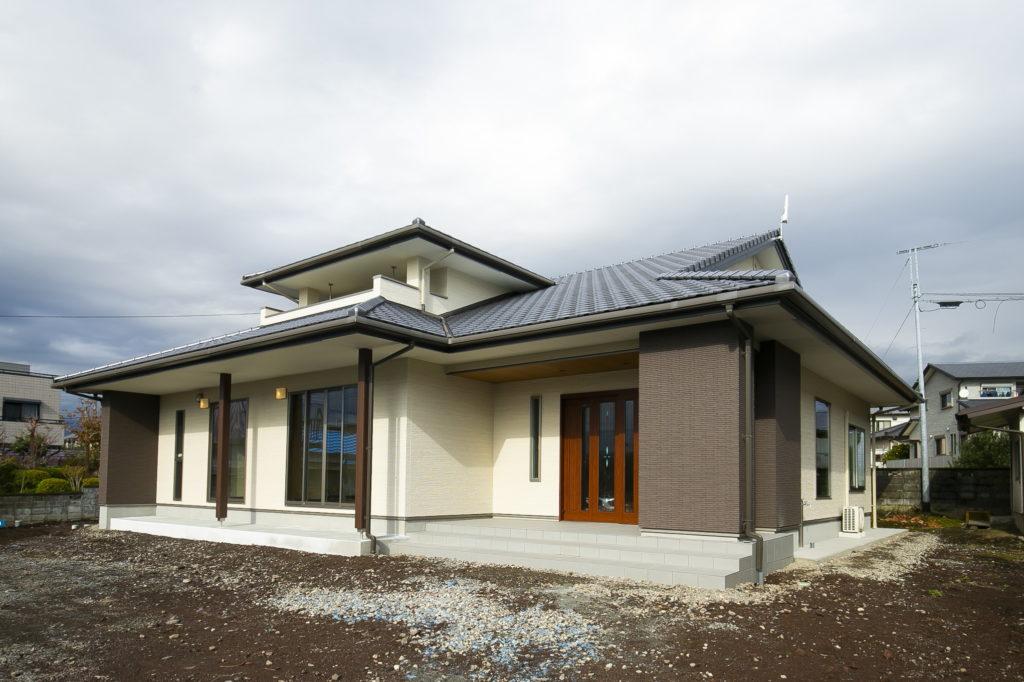 飾り棚でお客様をお迎えする広々とした玄関がある家 富士宮市S様邸